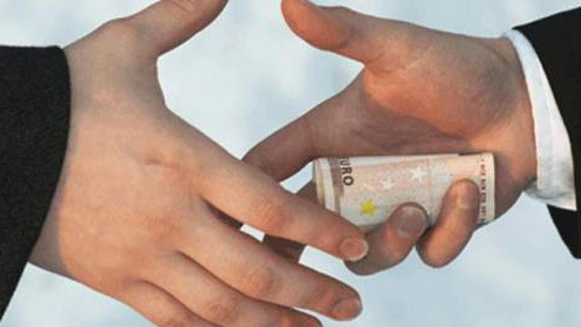 Действия лица, обвиняемого в получении взятки переквалифицированы с части 5 на часть 1 статьи 290 УК РФ